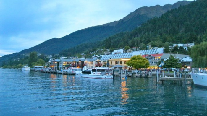queenstown-new-zealand-shops-on-the-lake